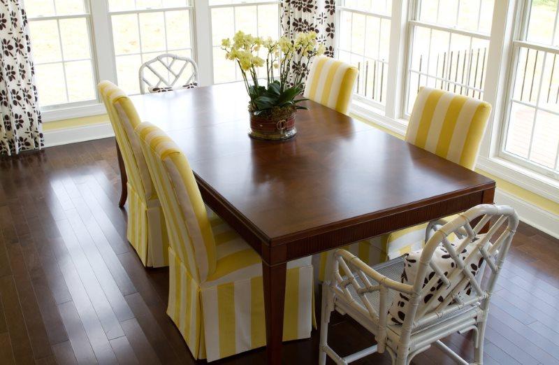 Полосатые чехлы на кухонных стульях