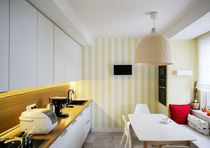 Полосатые обои на стене кухни вытянутой формы