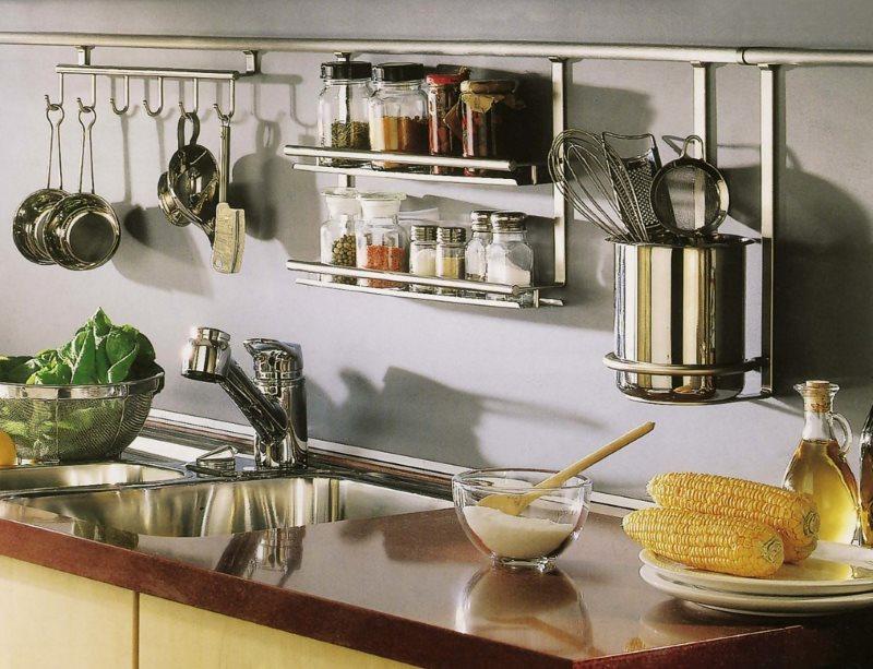 Размещение кухонной посуды на рейлингах