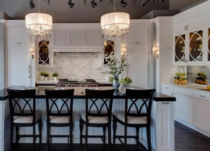 массивные люстры на кухне.