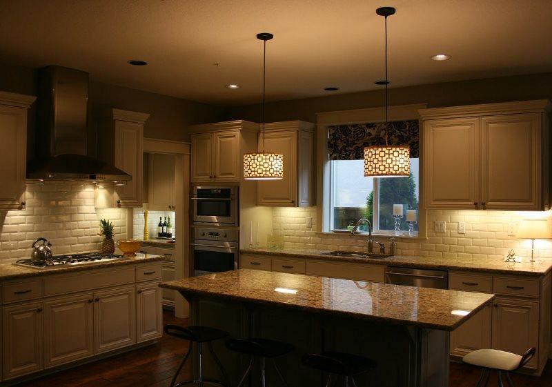 Два потолочных светильника в кухне современного стиля