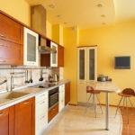 Дизайн кухни с желтыми стенами