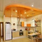 Зонирование кухни желтым потолком