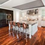 Дизайн кухни с деревянным полом