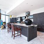 интерьер кухни с серой мебелью