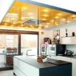 Дизайн кухни с точечными светильниками на потолке