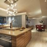 Интерьер просторной кухни-столовой в частном доме