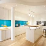 Голубой фартук в белой кухне