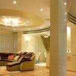 Выделение диванной зоны потолком из гипсокартона