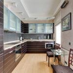 Узкая кухня с потолком из гипсокартона