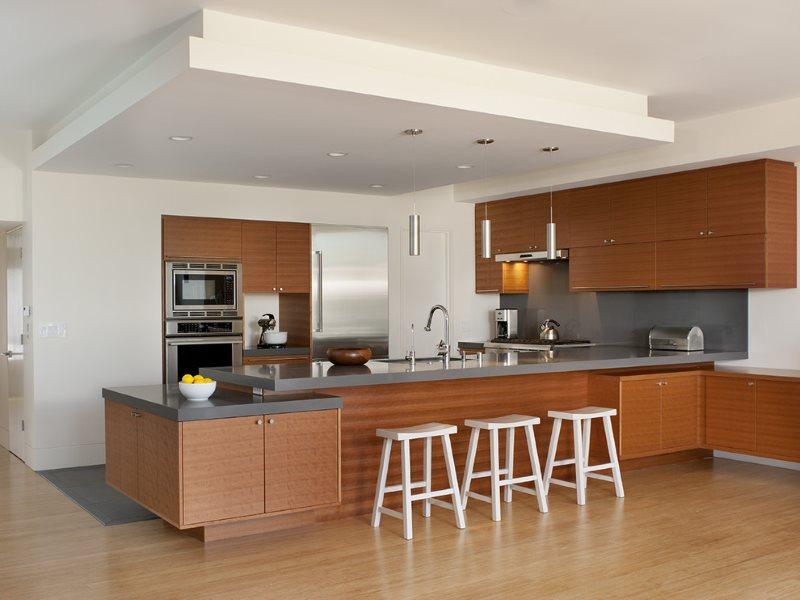 Дизайн кухни в стиле модерн с двухуровневым потолком