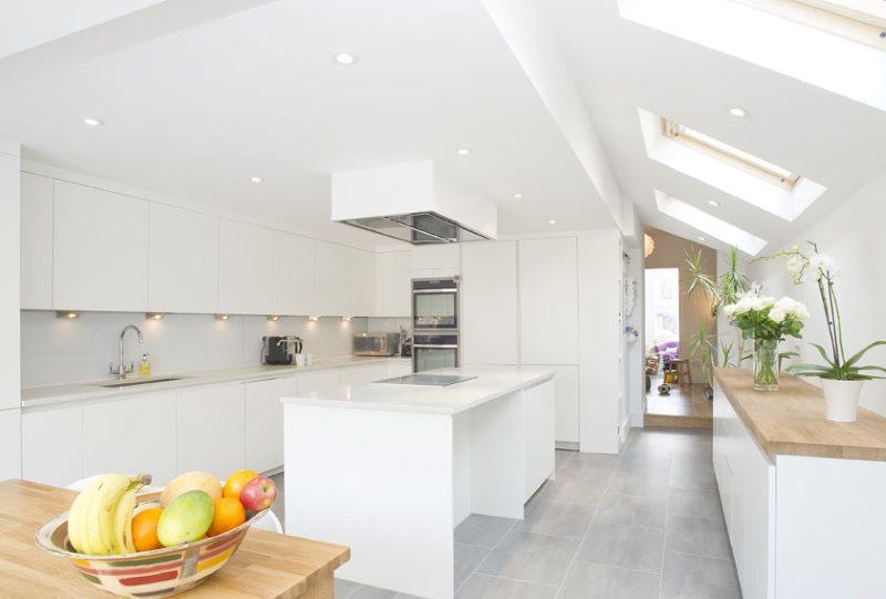 Белая кухня в минималистическом стиле