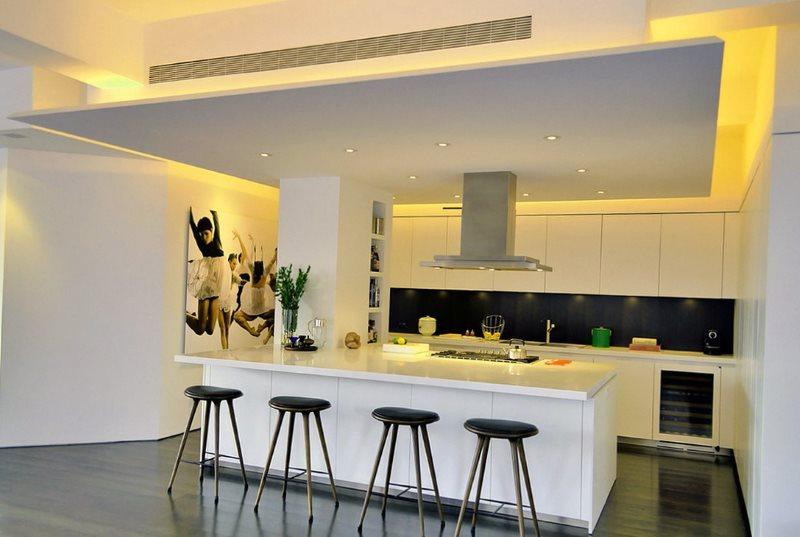 Интерьер современной кухни с подсветкой потолка
