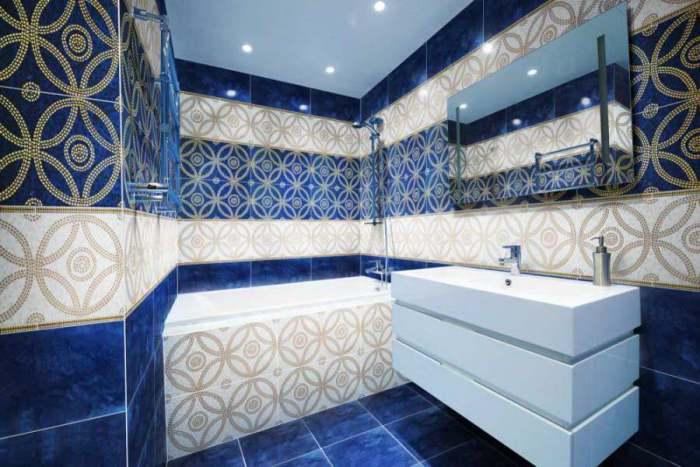 Стены в синей ванной.