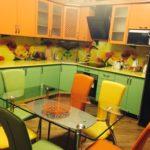 Разноцветные спинки кухонных стульев