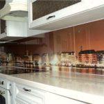 Классическая кухня с фотопечатью на фартуке