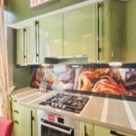 Светлая занавеска на кухонном окне