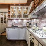 Серо-белый принт на кухонном фартуке