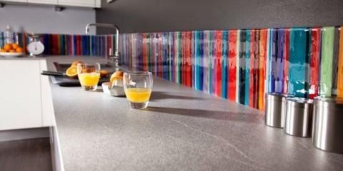 Яркие полоски на фартуке из каленного стекла