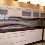 Стильная кухня с фартуком из триплексного стекла
