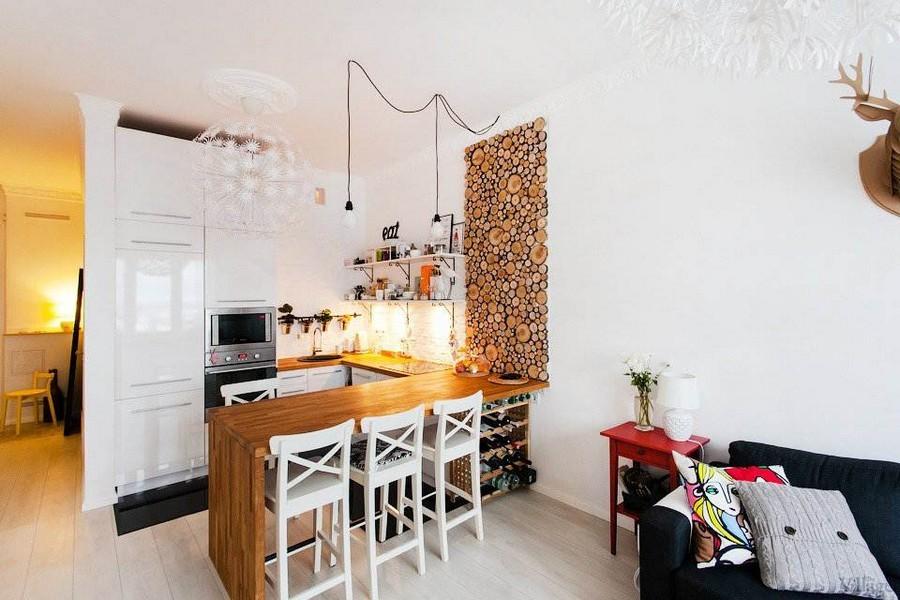 Белая кухня-гостиная с деревянной барной стойкой
