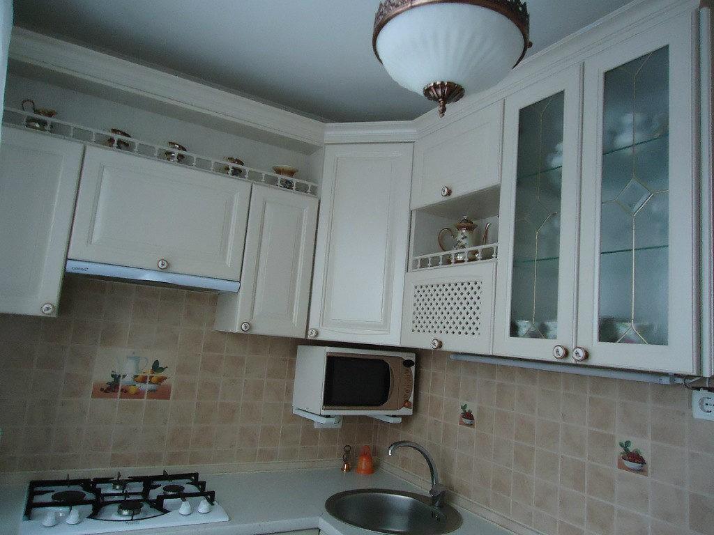 Белый потолок в кухне маленькой площади