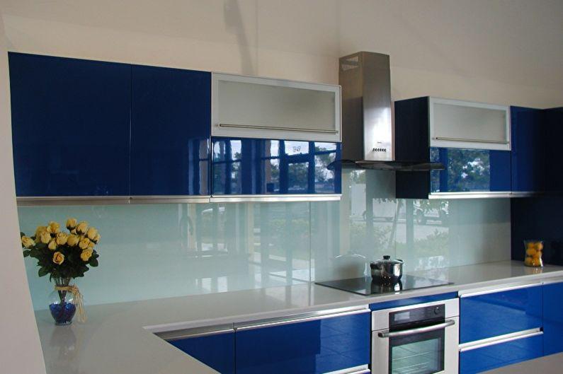 Однотонные скинали на кухне с синим гарнитуром