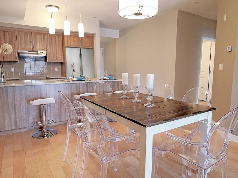 Прозрачные стулья в небольшой кухне городской квартиры