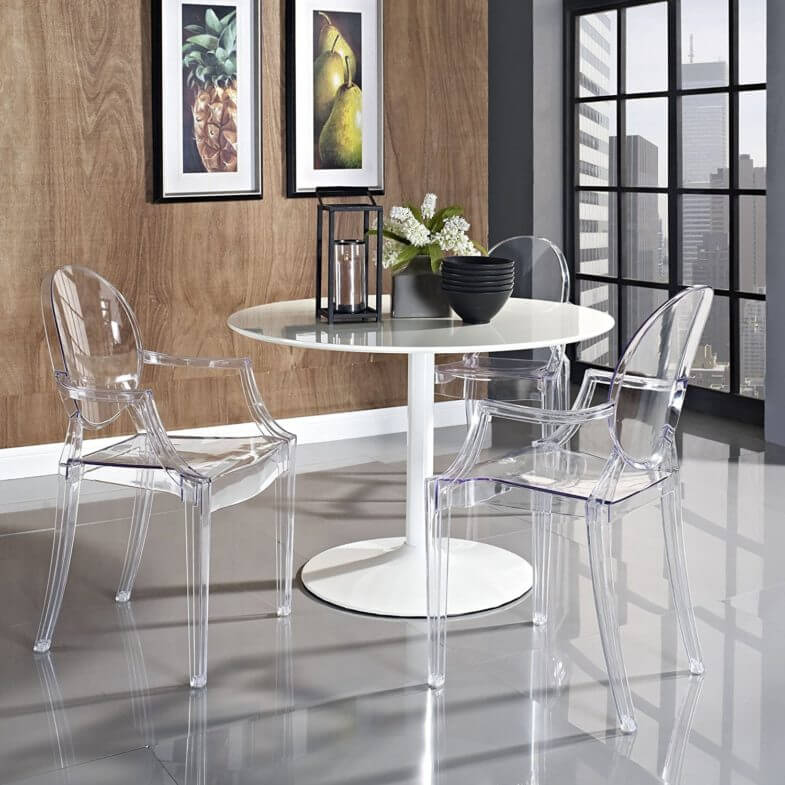 Прозрачные пластиковые стулья с подлокотниками