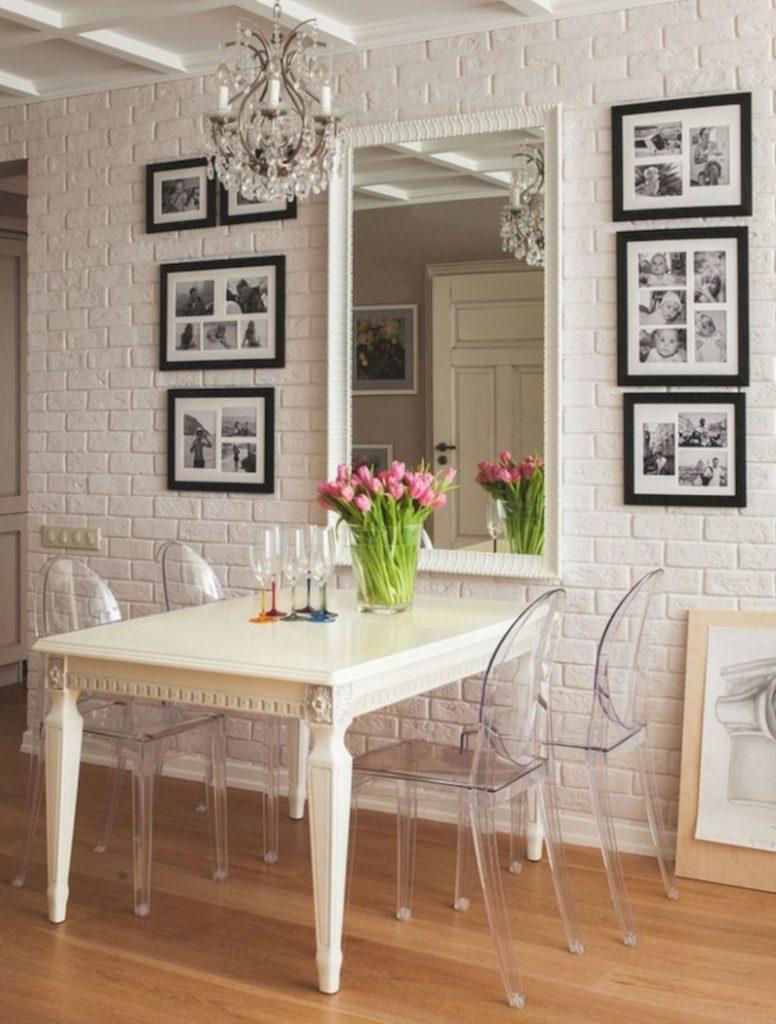 Прозрачные стулья из пластика в интерьере кухни
