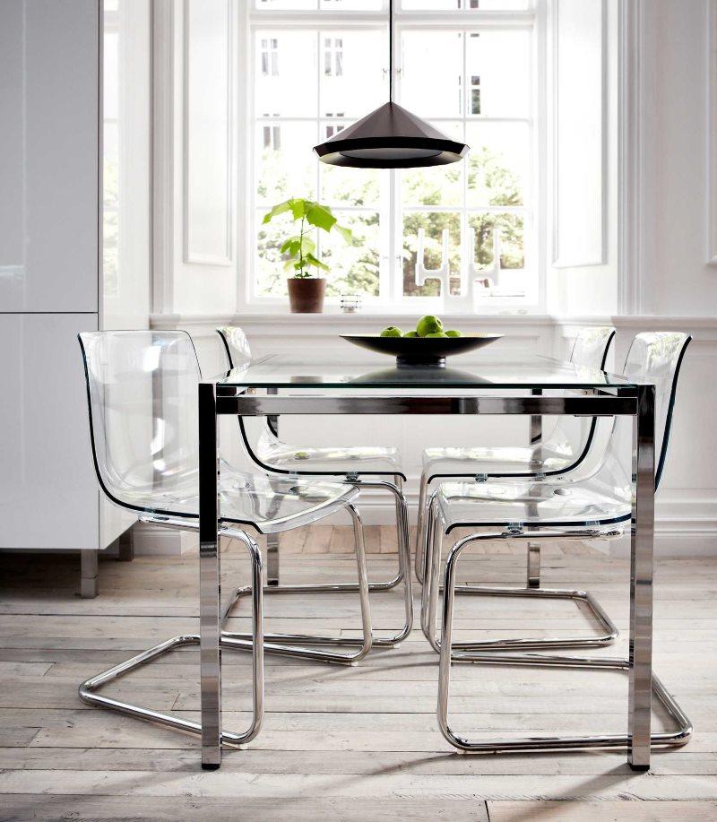 Прозрачная мебель в интерьере кухни