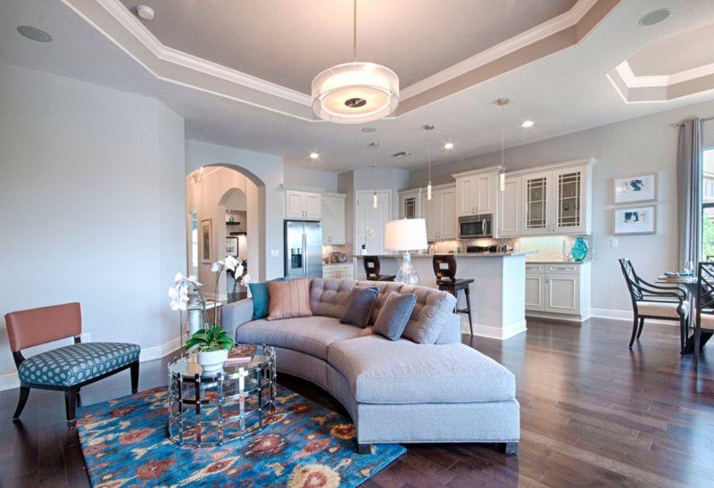 Дугообразный диван в кухне-гостиной с гипсокартоным потолком