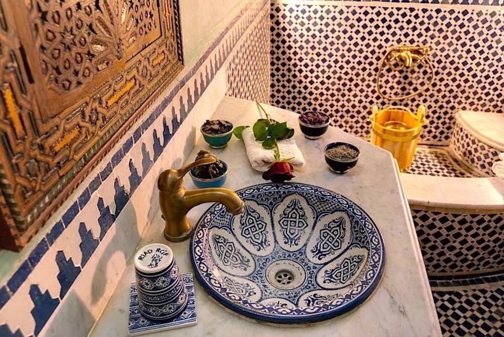 Керамическая раковина в ванной арабского стиля