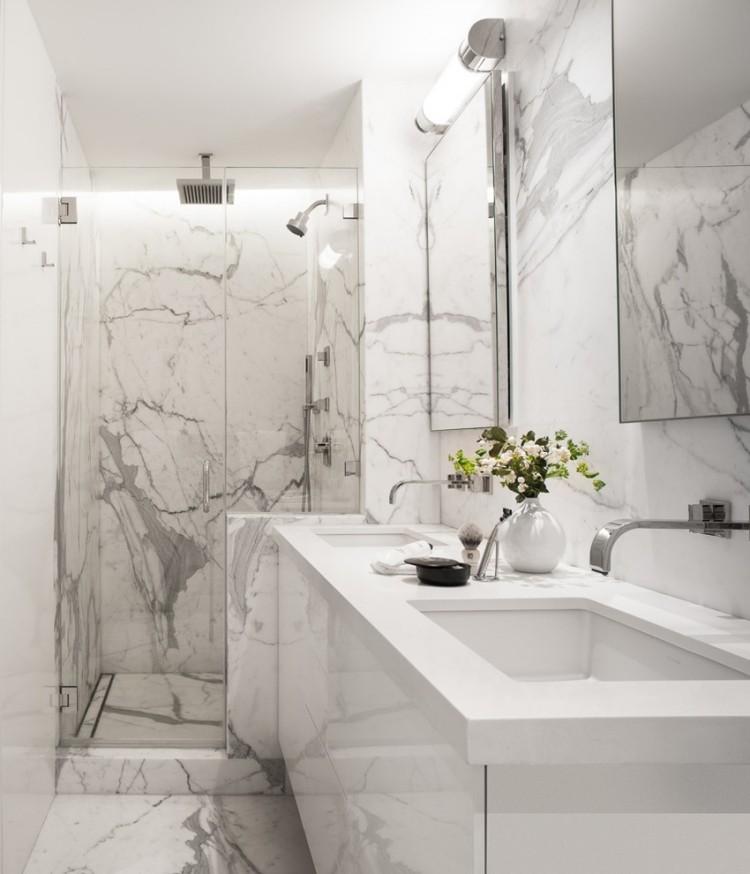 Узкая ванная комната с серо-белой плиткой из мрамора