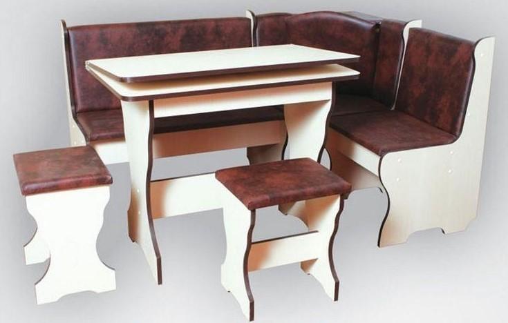 Кухонный уголок с раскладным столом и табуретами