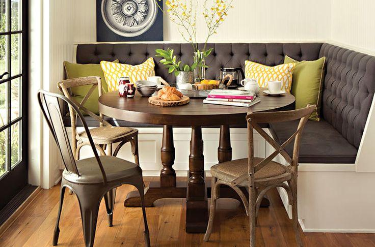 Разные стулья вокруг круглого стола в кухне