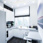 Яркое освещение в маленькой кухне