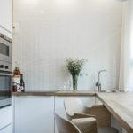 Белый кафель на кухонной стене