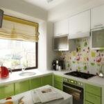 Дизайн кухни с римской шторой
