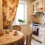 Яркая занавеска на кухонном окне