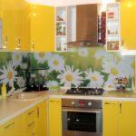Большие цветы на кухонном фартуке