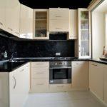Черный фартук в компактной кухне