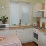 Декор кухонного окна рулонными шторами