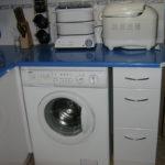 Синя столешница над стиральной машиной