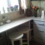Кухонные табурете под узким столиком