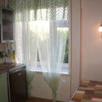 Зеленые занавески на кухонном окне
