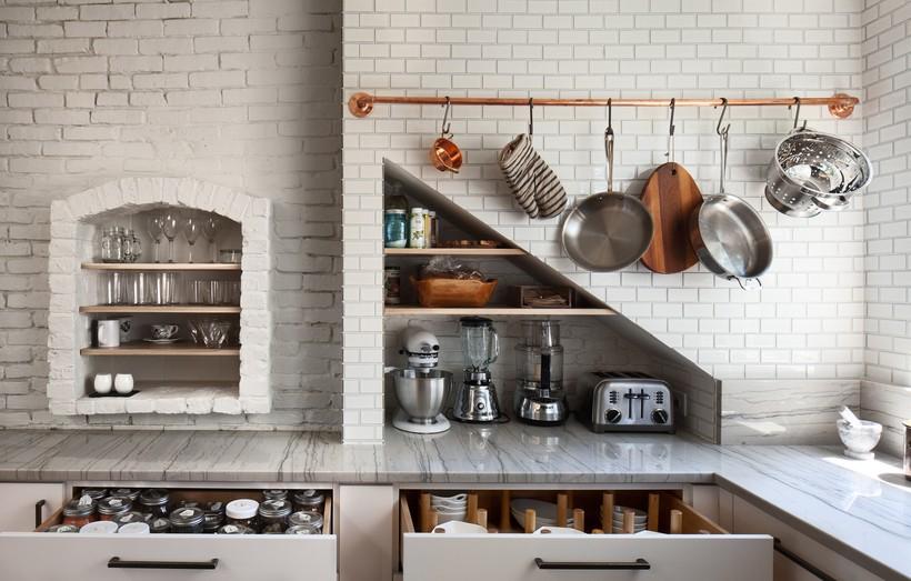 Рейлинг под бронзу в интерьере кухни