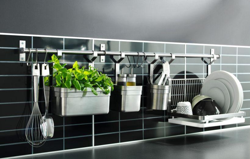 Хромированный рейлинг на черном кухонном фартуке