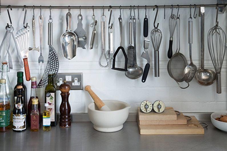 Прямой рейлинг с хромированным покрытием на фартуке кухни