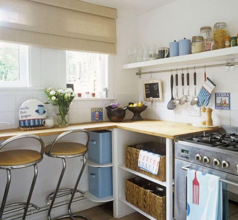 Открытая полочка с кухонной утварью на кухне с римской шторой